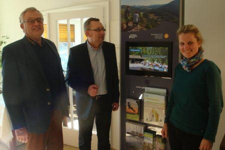Freut sich über die häufig von seinen Gästen genutzte Infostele: Jörg Maier (Mitte), Inhaber des Seehaus Forelle bei Ramsen, einem Partnerbetrieb des Biosphärenreservats Pfälzerwald-Nordvogesen, hier mit dem Bezirkstagsvorsitzenden Theo Wieder (links) und Biosphärenreservats-Direktorin Dr. Friedericke Weber.