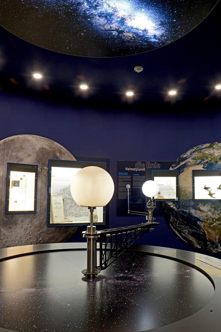 Das Bild zeigt das Geoskop im Pfalzmuseum.