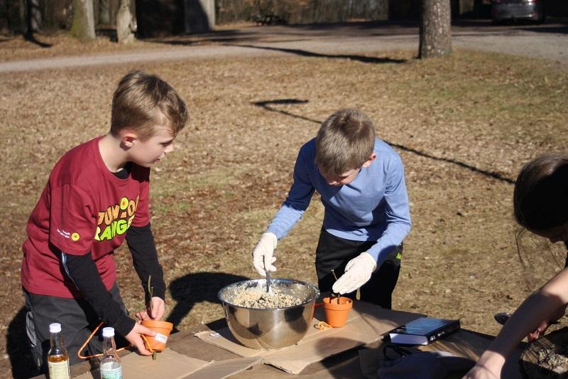 Auf dem Bild sind zwei bastelnde Kinder an einem Tisch zu erkennen.