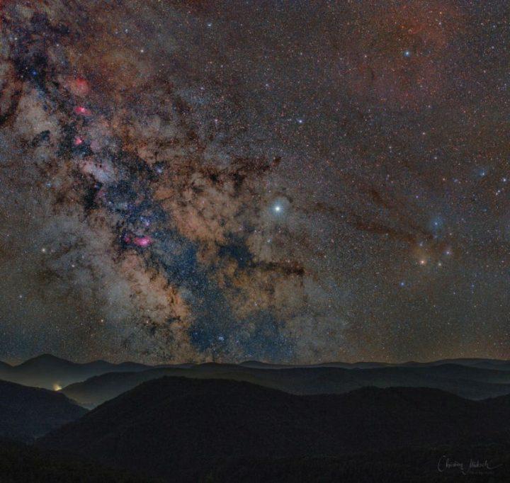 Der Sternenhimmel über dem Pfälzerwald, an dem sich die Milchstraße zeigt