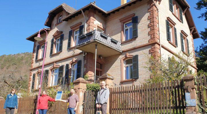 Das Bild zeigt vier Personen vor dem Forsthaus Merzalben.