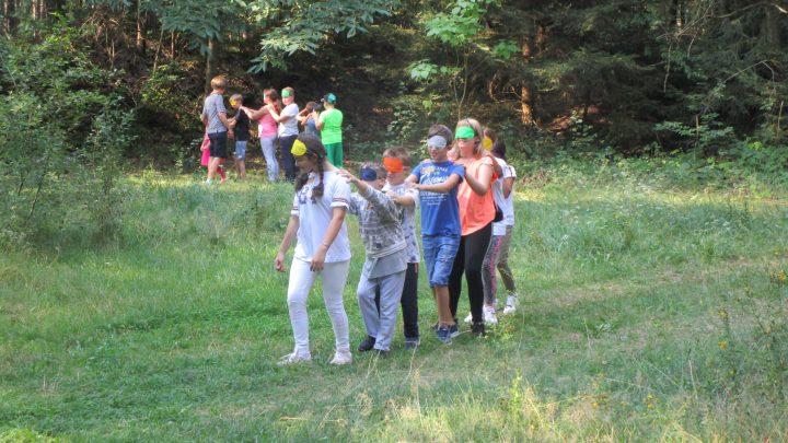 Schüler:innen spielen im Pfälzerwald