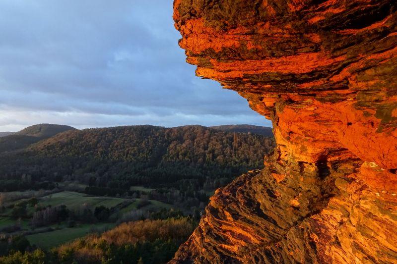 Felsen glühen im Licht des Sonnenaufgangs