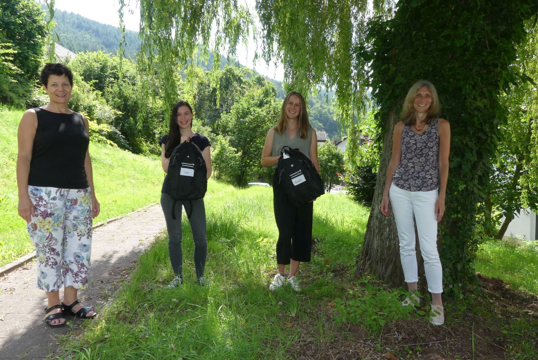 Das Bild zeigt die beiden Umweltpraktikantinnen, eine Mitarbeiterin des Biosphärenreservats sowie eine Mitarbeiterin der Commerzbank bei der Überreichung von Präsenten