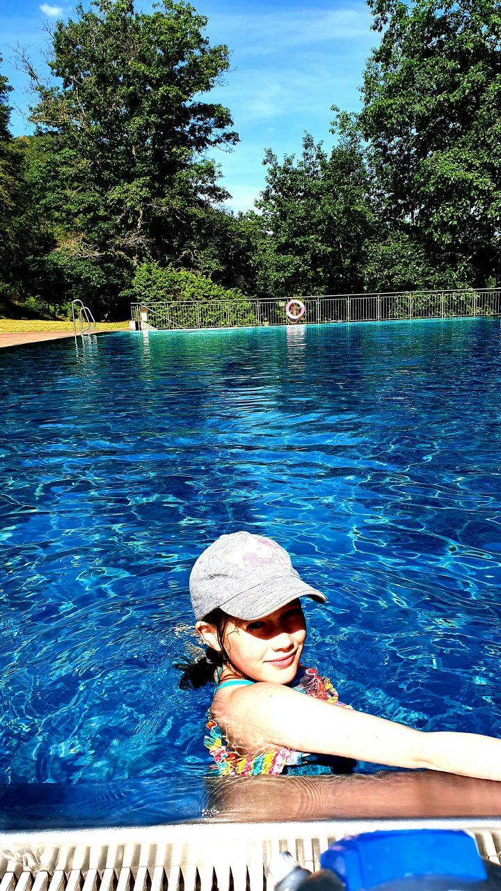 Das Bild zeigt ein Kind beim Schwimmen