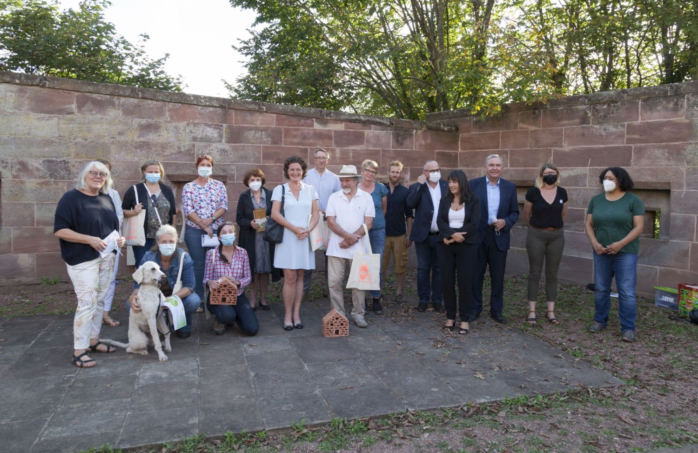 Das Bild zeigt die Gewinner:innen des Gartenwettbewerbs zum Gruppenfoto aufgestellt