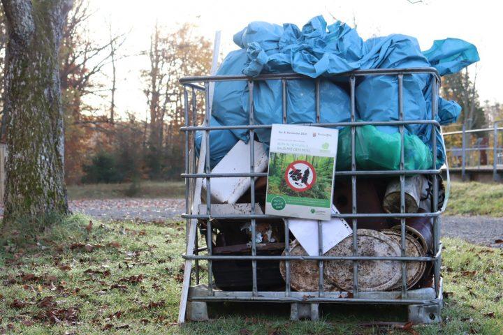 Das Bild zeigt einen Berg an gefüllten Müllsäcken