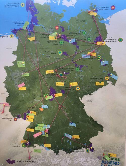 Die Deutschlandkarte mit Zetteln und Fäden zeigt, aus welchen Biosphärenreservate die jungen Leute kommen, die am MAB-Jugendforum teilgenommen haben.
