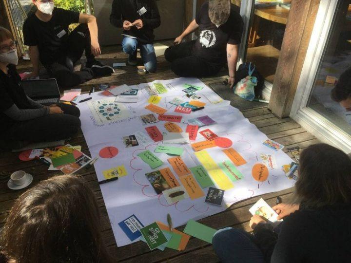 Auf dem Foto sieht man mehrere Jugendliche, die an einem Workshop teilnehmen.